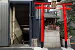 NIHONBASHI, TOKYO: Sreet side shrine in Nihinbashi, an office building neighborhood near Tokyo Station (photo Gilles Mingasson).