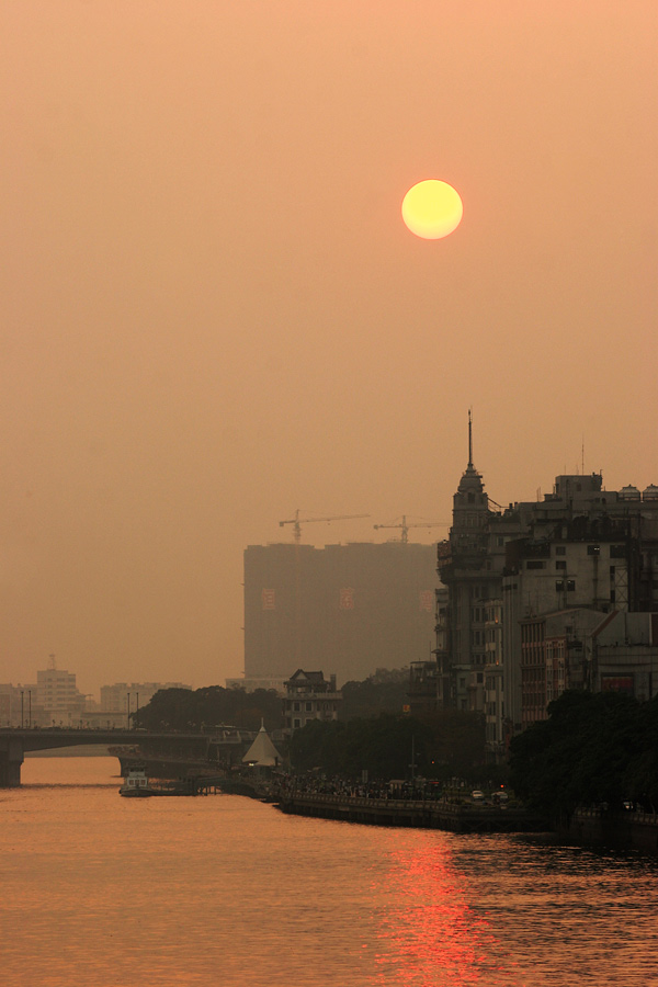 The high pollution levels in Guangzhou made sunsets a pretty sight. The fiery ball was already clearly seen way before it reached the horizon. It's was however not a very positive sign of things though.