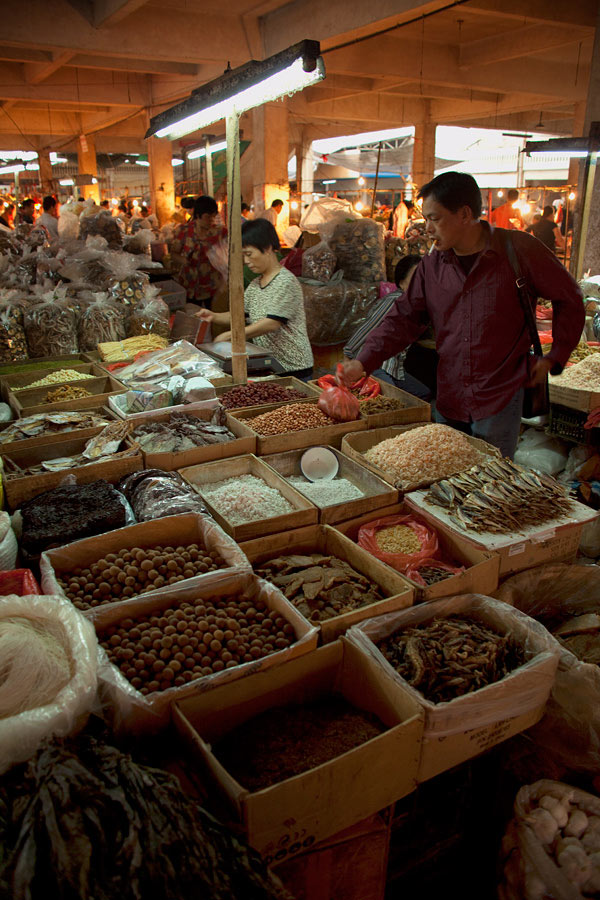 I have always loved the smell of dried mushrooms and seeing the entire row of the market filled with it was overwhelming, in a good way of course. A simple composition with the sellers and their goods is all that is needed at times.