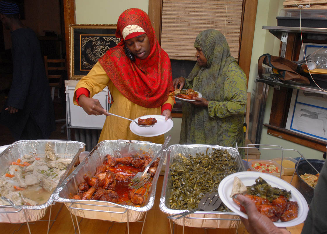 islam neon buffet bh muslim in america photo essays brad horrigan fawziyyah umrani and atiyah ibrahim break their fast at a family eid ul fitr dinner