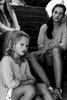 svartvit bild systrar