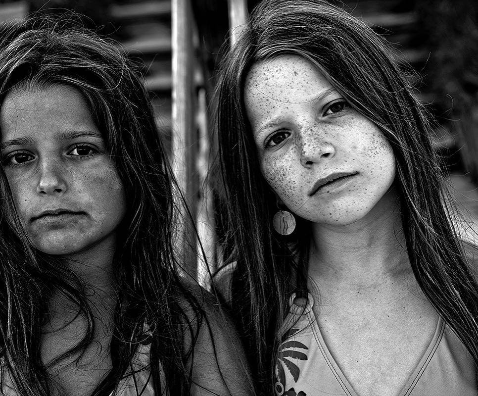 svartvit bild på systrar