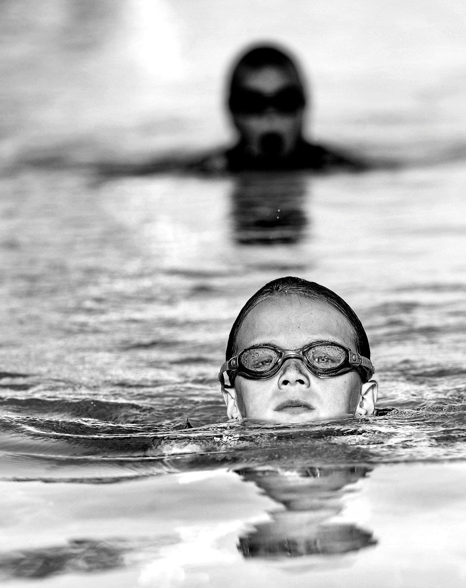svartvit bild på barn i poolen, konstbild