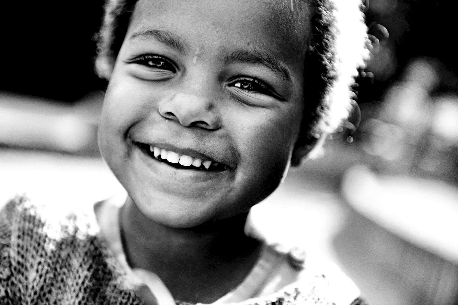 svartvit bild på ett barn