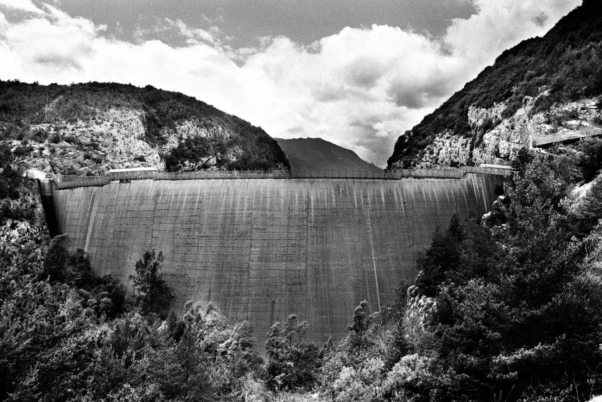 The water that leaped over the dam and down through the narrow gorge hit Longarone with the pressure of the Hiroshima bomb. In the following years the extreme resistance of the dam was promoted by the constructers as an example of an engineering masterpiece.