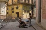 Cuba_arreglando-sillas