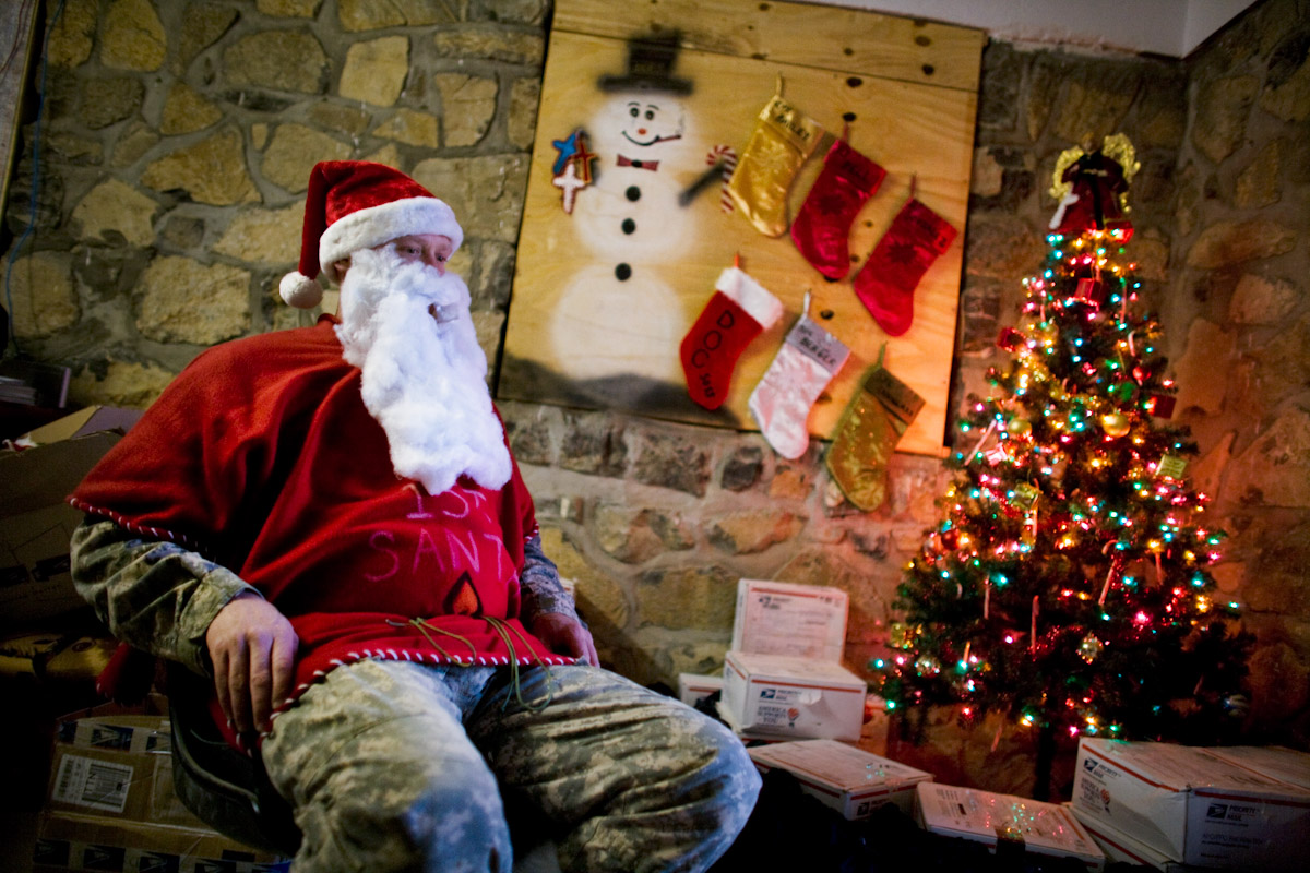 US soldier from the 101st Airborne dressed as Santa Claus prepares ...