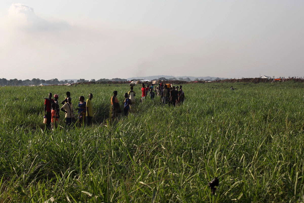 Displaced people next to the M'poko airport.