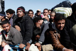 Egyptian deplaced wait to cross the border between Tunisia and Libya