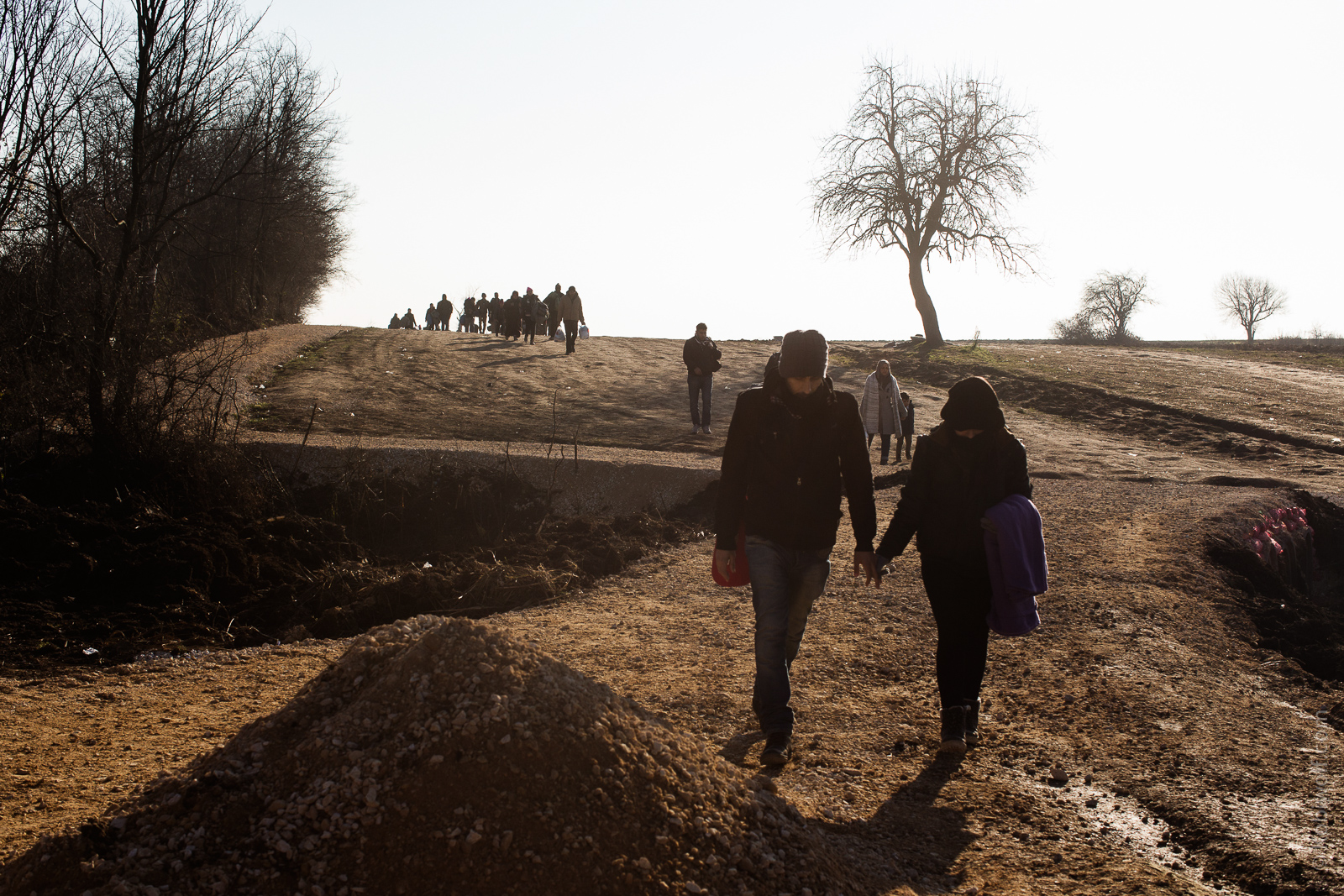 Syrian refugee couple crossing theMacadonia Serbia border.
