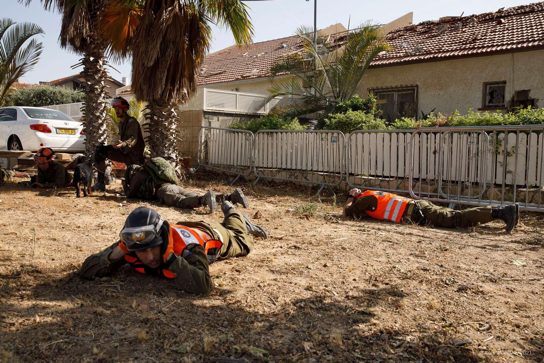 Israeli rescue man protect himself during a rockets attack on Ashkelon.in Ashkelon Israel on May 11 2021 photographer: Kobi Wolf