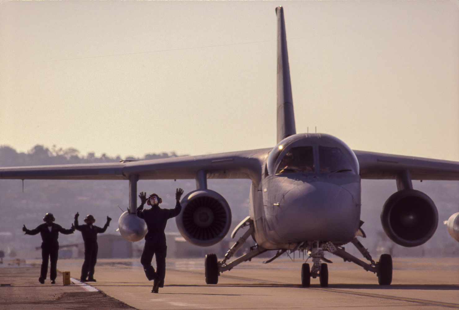 Navy pilots perform repeated landings and take=offs, refueling without cooling their engines.