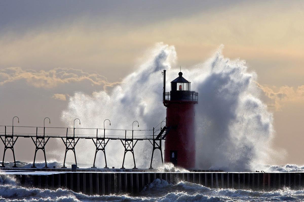 LighthouseWaves_2