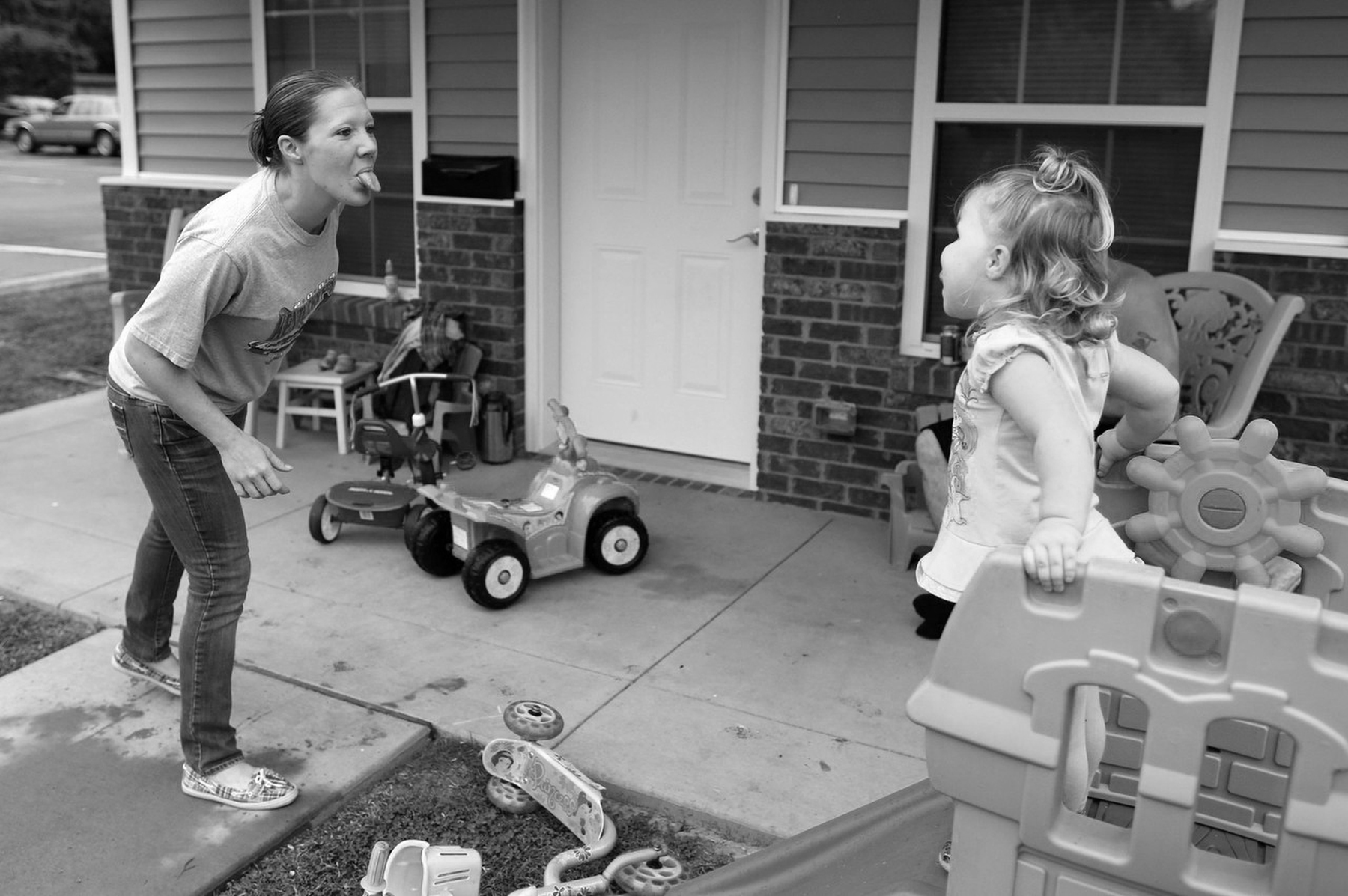 Honorable Mention | News Photo Story Al Drago, Elon UniversityShelly Shrum plays with her daughter, Phoenix, in their front yard.