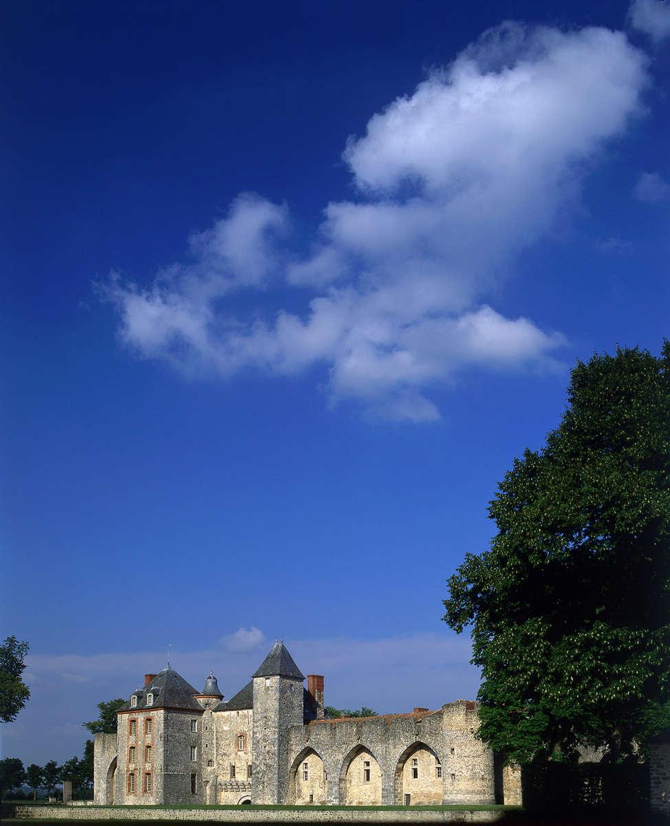 Knight Frank · Château de Farcheville · 14th c.