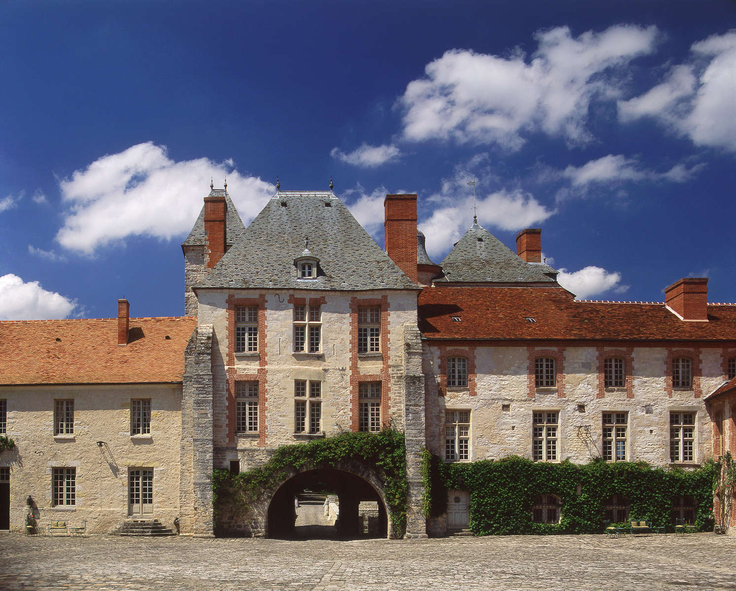 Knight Frank · Château de Farcheville · 14th c.