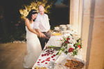 cutting-wedding-cake-reception-paris-france-photographer-adrian-hancu-luxury-wedding-photoartelier