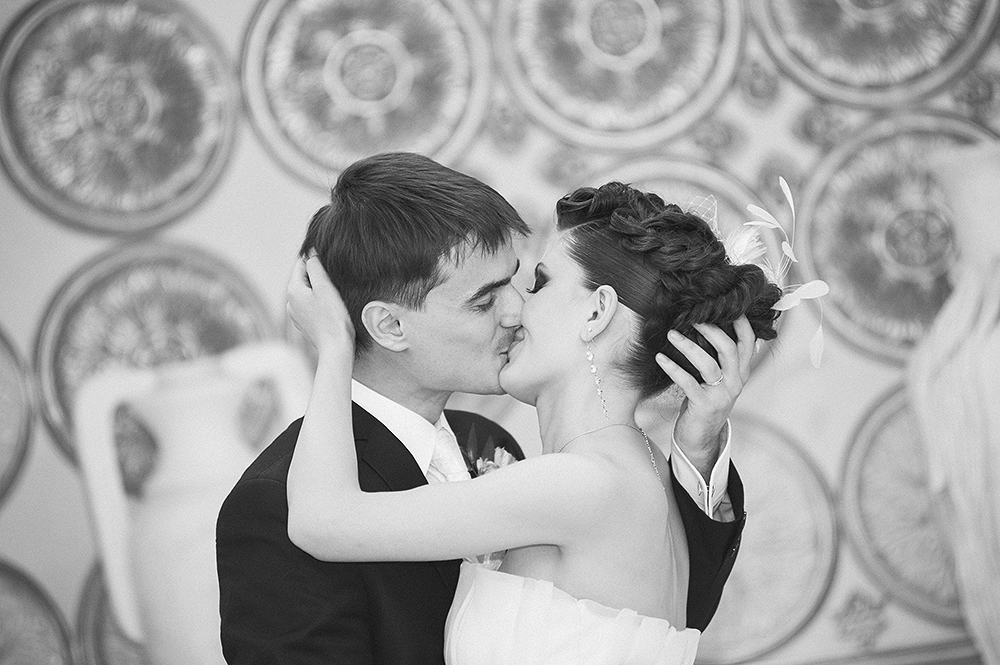 daw-bride-and-groom-engrossed-in-a-passionate-kiss-photography-by-wedding-photoartelier_51