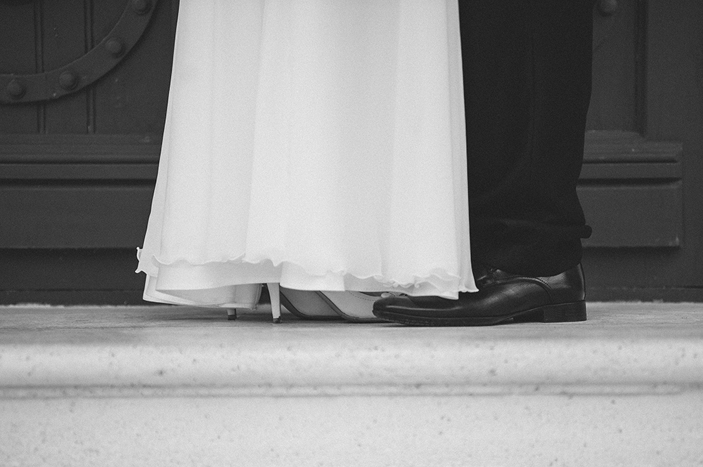 daw-bride-and-groom-shoes-on-stairs-creative-black-and-white-photography-adrian-hancu_10