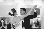 daw-mariee-et-le-marie-danse-doux-et-drole-en-noir-et-blanc-photo-par-wedding-photoartelier-adrian-hancu_54