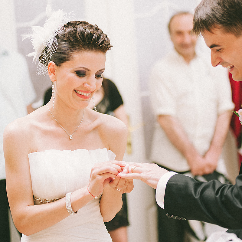 daw-photographer-wedding-hands-of-bride-and-groom-exchanging-ring-adrian-hancu_85