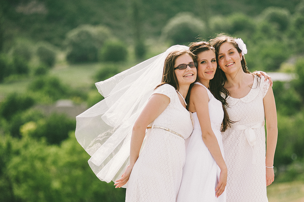 daw-portrait-of-beautiful-sisters-of-bride-during-walk-photographer-wedding-adrian-hancu_63