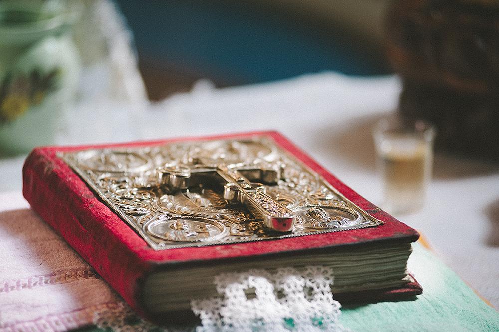 iow-bibel-in-der-kirche-hochzeitsfotos-adrian-hancu-12