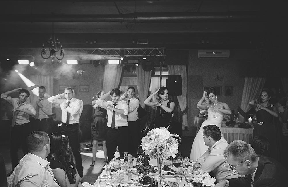 is-photographe-de-Mariage-france-moments-droles-de-mariage-en-dansant-Hochzeitsfotograf-agwpja-adrian-hancu_59
