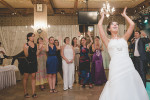 is-photographe-de-Mariage-france-traditions-incontournables-mariage-lancer-bouquet-fleurs-agwpja-adrian-hancu_63