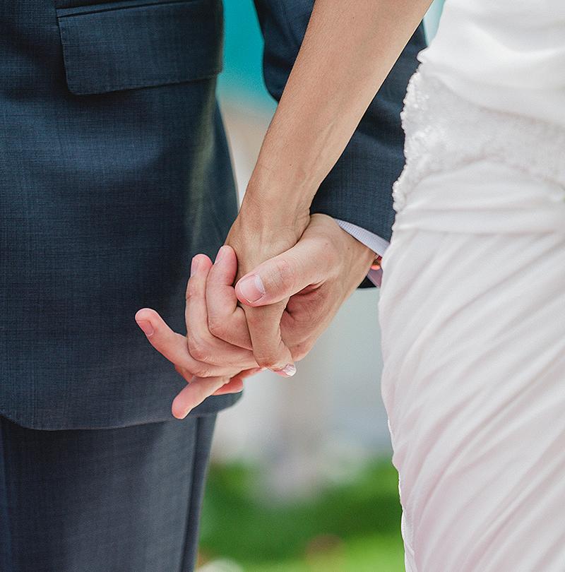 novia-y-el-novio-tomados-de-la-mano-ladrain-hancu-luxury-wedding-photoartelier-mallorca-spain-barcelona-madrid