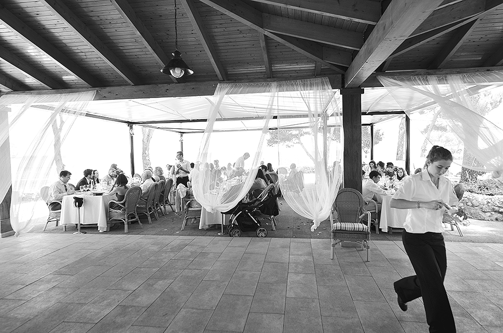 windy-wedding-reception-mallorca-wedding-photographer
