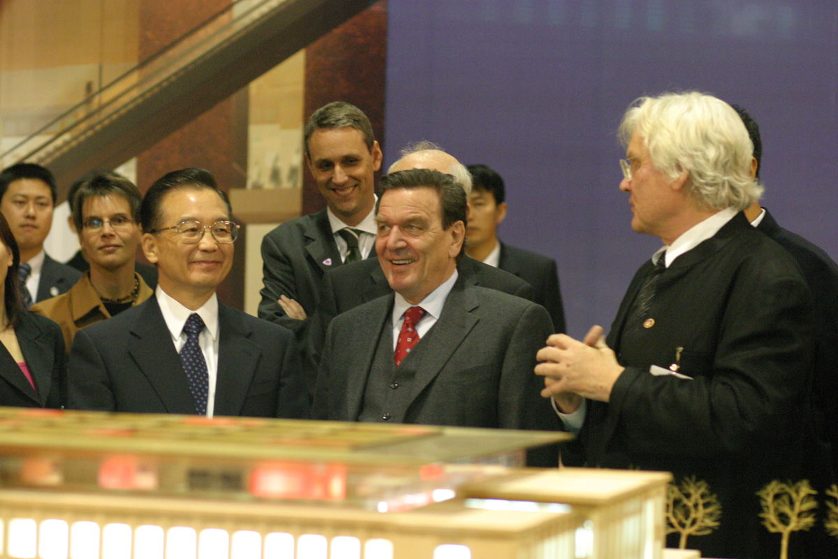 Chinese Premier Wen Jiabao  and former German Chancellor Gerhard Schroeder visit the National Museum / gmp