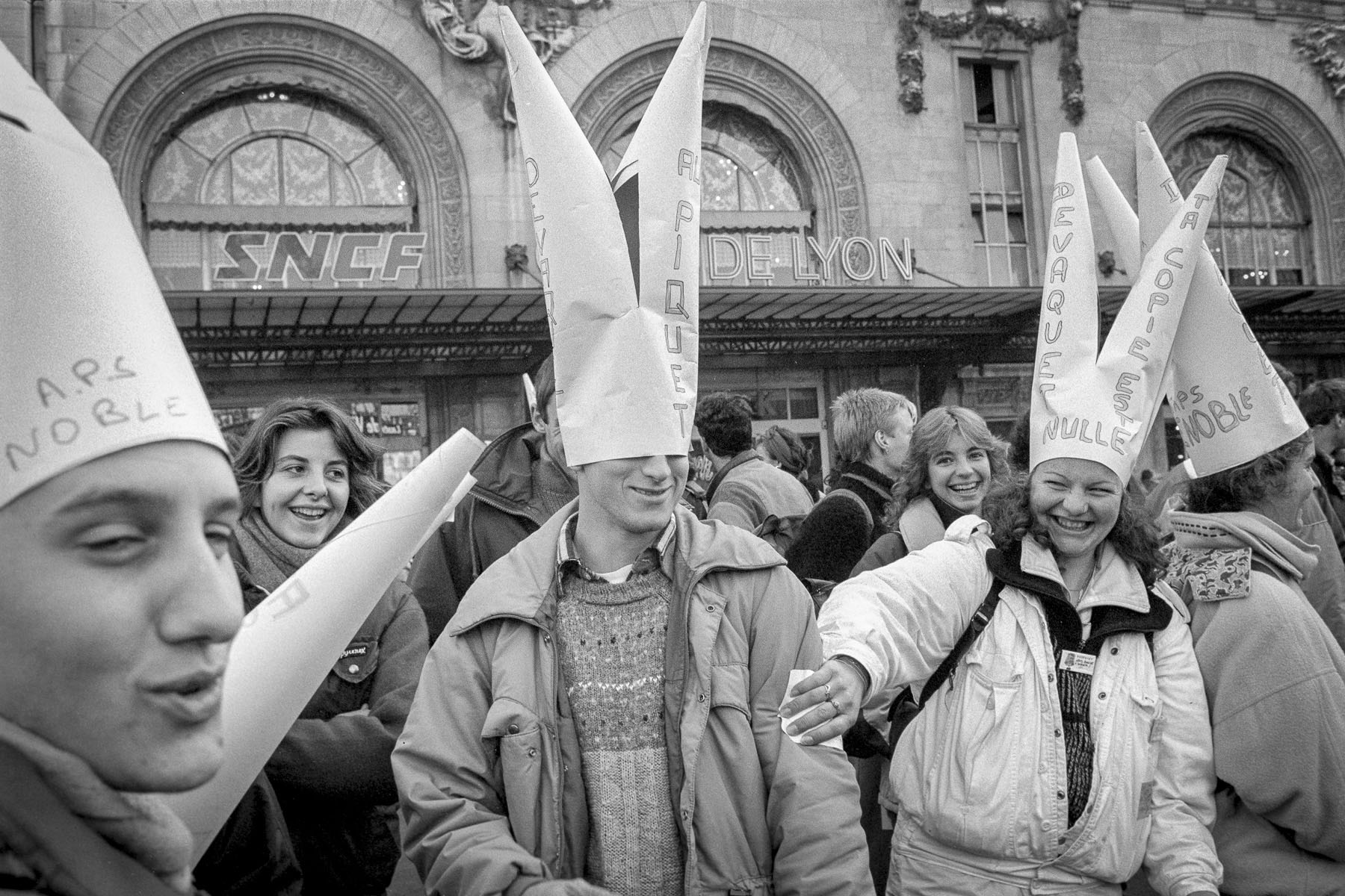 Students demonstration against Devaquet minister reform draft in front of Gare de Lyon on november 1986