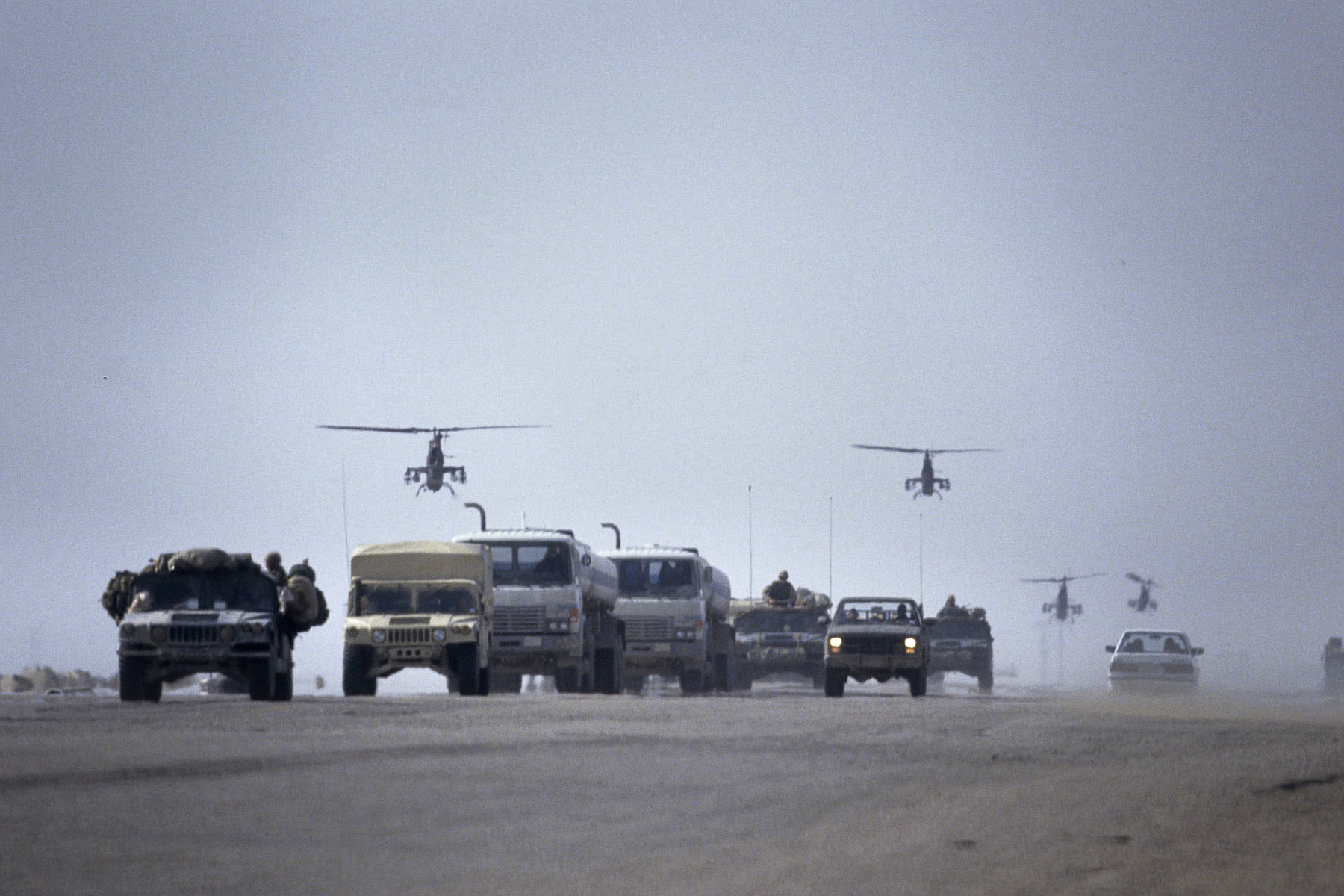 A column ofvehicles and helicopters of the U.S. Army on the road to Kuwait in February 1991