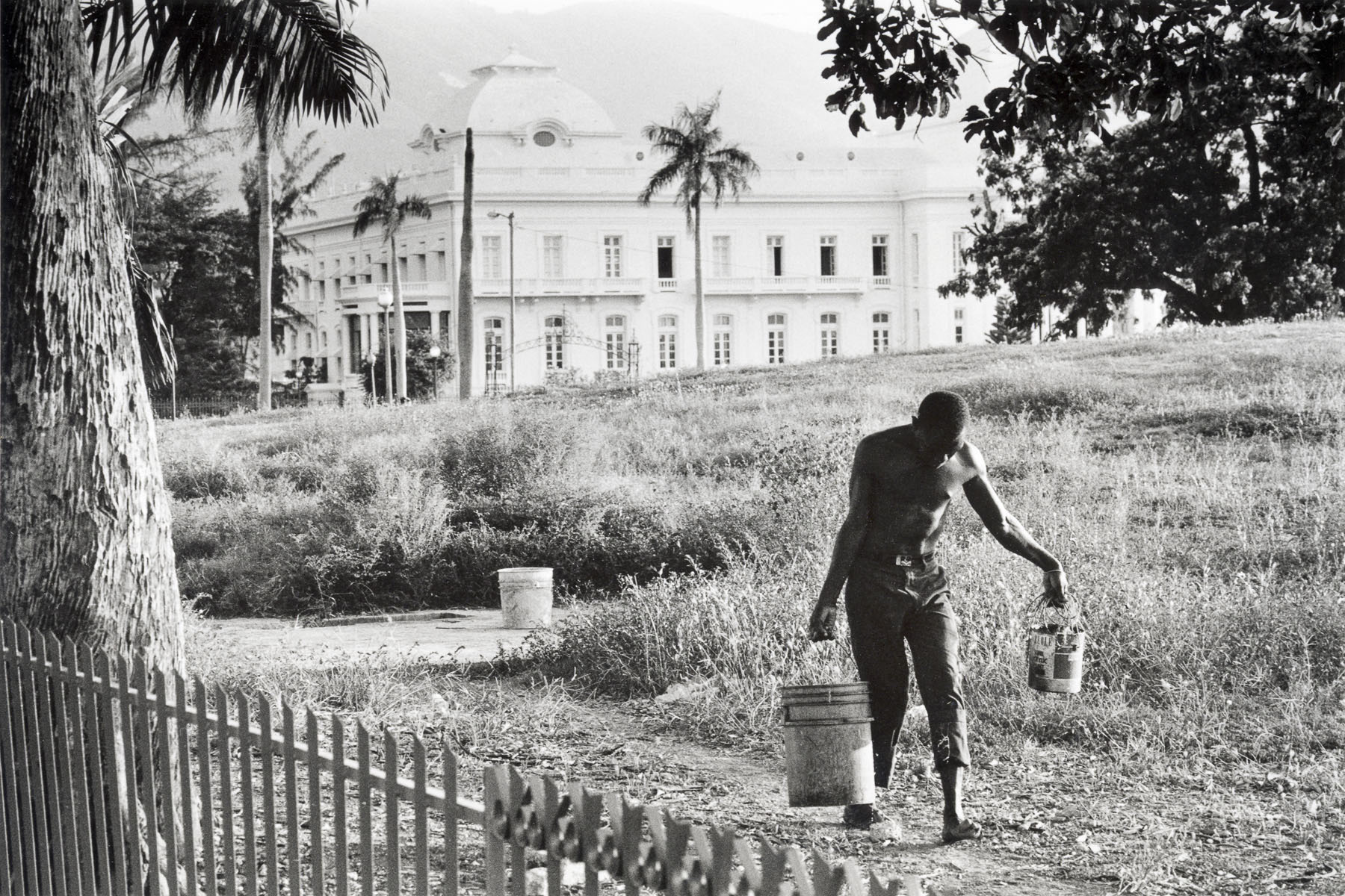 Man fetching water in front of the National Palace in August 1986