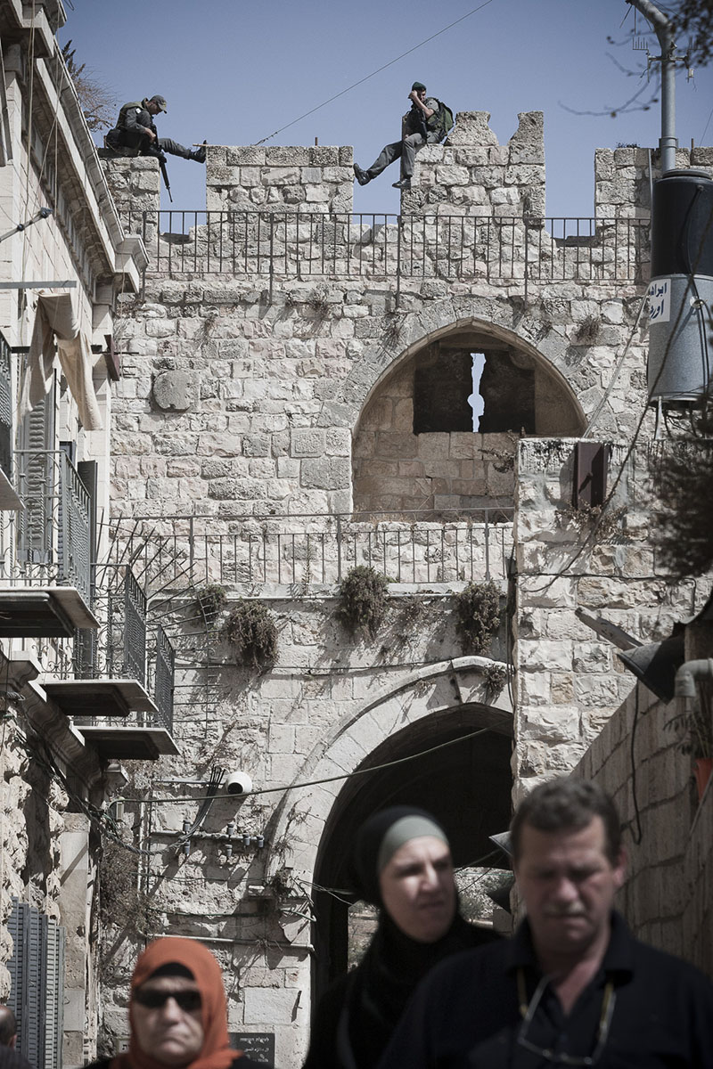 Palestinians and Israeli policemen at Lion's Gate in Octobre 2010