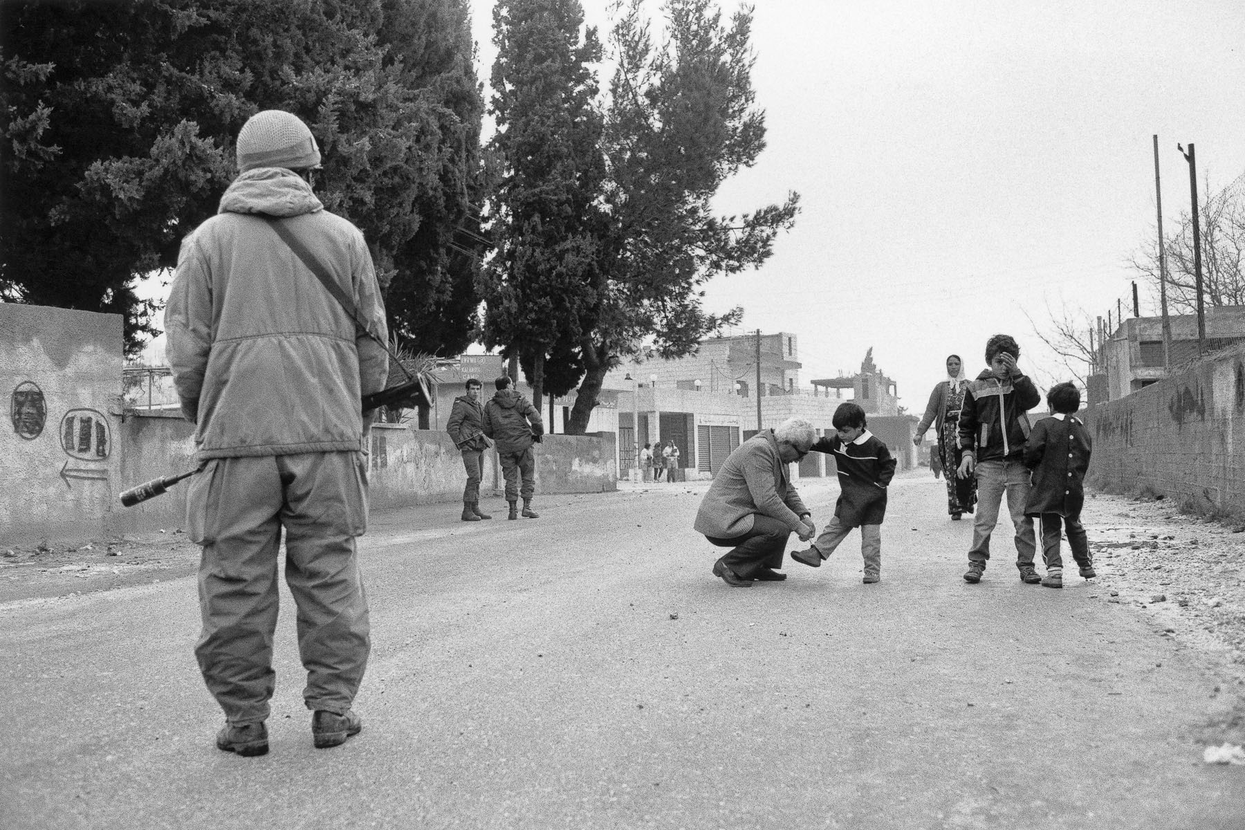 Israelian soldiers and Palestinians in January 1988