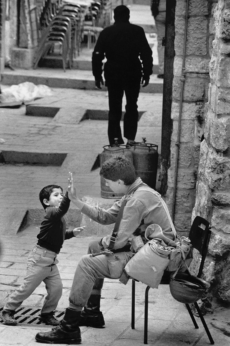 A Palestinian child and an Israelian soldier in December 1988