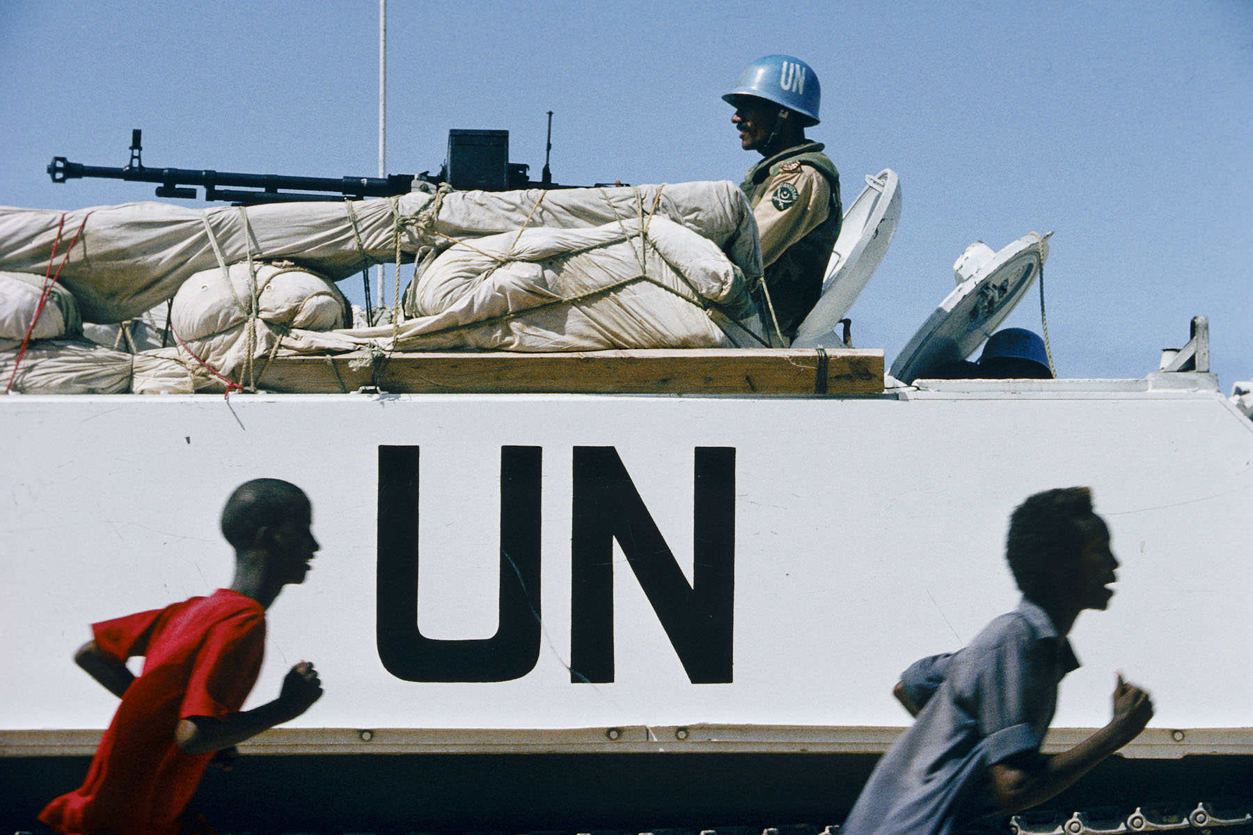 Somalians and Pakistani soldiers under UN mandate in July 1993