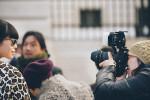 Parigi. Pettinatura, occhiali e cappottino maculato hanno convinto: una foto così ravvicinata la meriterebbe una diva. Ma qui siamo di fronte a una delle tante redattrici di moda orientali che, visto l'importanza che hanno assunto i nuovi mercati asiatici, intervengono sempre più numerose alle fashion week di New York, Londra, Milano e Parigi./////Paris. The hair, the glasses and the spotted coat have convinced: a diva deserves a photo so close. But here we see one of the many fashion editors from East, who due to the importance gained by new Asian markets, become more numerous with each fashion week in New York, London, Milan and Paris.