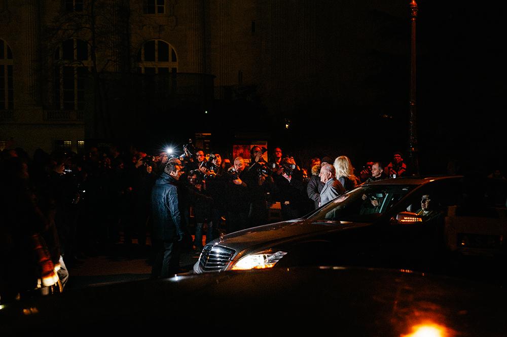 Parigi, entrata laterale del Grand Palais. A pochi minuti dall'inizio della sfilata di Hedi Slimane per Saint Laurent arrivano Pierre Bergé, il compagno e socio di Yves Saint Laurent, e Betty Catroux, una delle muse dello stilista scomparso nel 2008. Qui la folla dei blogger non c'è. Ci sono, però, i fotografi professionisti sistemati nella loro postazione. Molti blogger non conoscono i personaggi realmente famosi, come in questo caso. E, infatti, basta guardare la prossima foto.../////Paris, side entrance of the Grand Palais. A few minutes before the show of Hedi Slimane for Saint Laurent arrive Pierre Bergé – the companion and associate of Yves Saint Laurent and Betty Catroux, one of the muses of the designer who died in 2008. There is no crowd of bloggers here. There are, however, professional photographers in their usual location. Many bloggers do not know the really famous characters as in this case. And, in fact, just look at the next picture ...