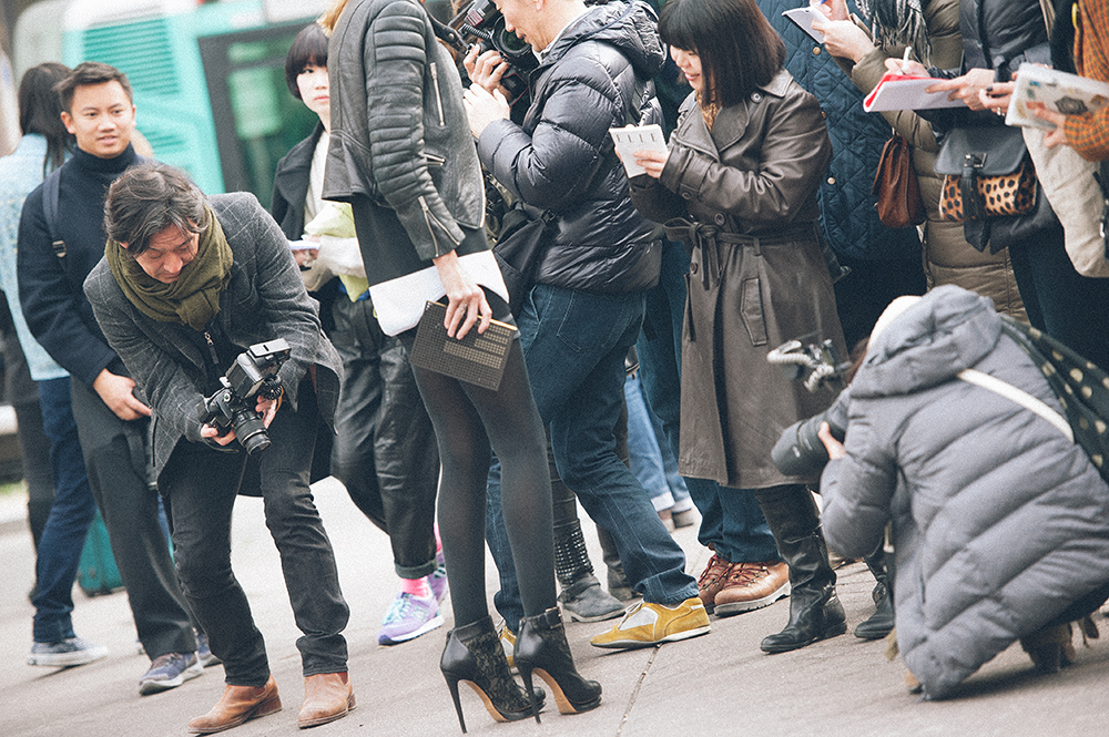 Parigi. Bastano i tacchi altissimi di un paio di scarpe all'ultima moda e il gioco è fatto: i blogger scattano le foto e le assistenti prendono nota del marchio. L'informazione che arriva a chi eventualmente guarderà la foto è che viene documentato uno street style quotidiano quando invece è tutto calcolato: lo stile di chi arriva alle sfilate è studiato al massimo e lontanissimo da quello che si vede per le strade delle città di tutto il mondo. Del resto, basta guardare come si veste chi fotografa./////Paris. Just the high heels of a pair of fashionable shoes and you're done: bloggers taking pictures and assistants take note of the brand. The information that comes to those who end up seeing the photo is that it documents a daily street style when in fact everything is calculated: the style of those who come to the shows is the most studied and is very far from what you see on the streets of cities around the world. So just stop looking how the photographer is dressed.