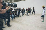 Paris. Ingresso della Cour Carrée du Louvre, prima della sfilata di Louis Vuitton. Visto il tempo a disposizione prima dell'inizio della sfilata e lo spazio, il set si allarga per fotografare l'ennesima redattrice di moda asiatica. Nell'articolo citato sopra, Suzy Menkes scrive ancora: {quote}una redattrice (o redattore) di moda è un display vivente per prodotti di marca. Più ampia è la cintura, più corta e più gonfia è la gonna, più eccentriche sono le scarpe, meglio è. La folla intorno a loro chiede e tweetta all'impazzata: di chi è quello che indossi? Hai cambiato il tuo vestito dopo l'ultima sfilata?{quote}/////Paris. Entrance to the Cour Carree of Louvre, before the Louis Vuitton show. Given the time available before the start of the show and the space, the set expands to photograph yet another Asian fashion editor. In the article cited above, Suzy Menkes also writes, {quote}the designer and fashion editor is a walking display for designer goods: The wider the belt, the shorter and puffier the skirt, the more outré the shoes, the better.  The crowd around her tweets madly: Who is she wearing? Has she changed her outfit since the last show?{quote}