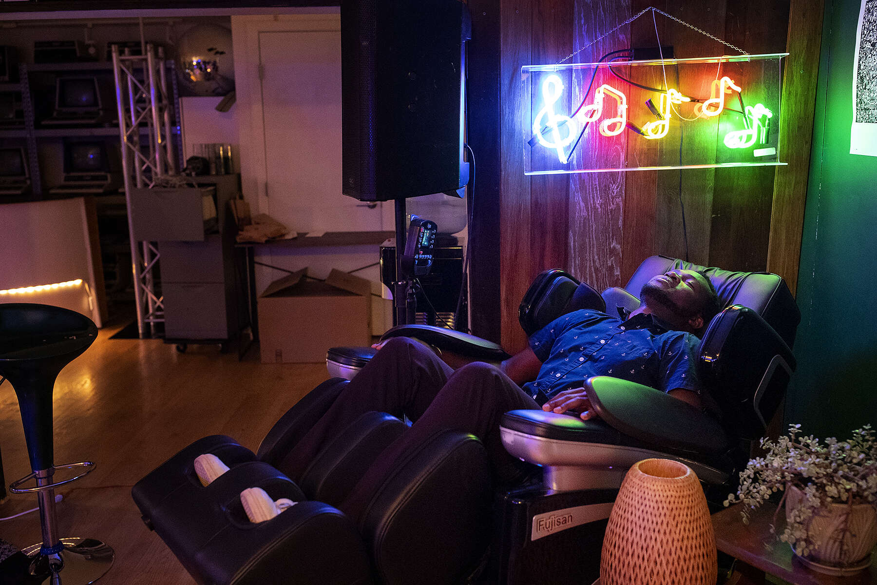 Entrepreneur Gideon Nweze, founder of a blockchain start-up for managing digital currencies, uses the massage chair at Node, a blockchain members club in San Francisco, Calif., on August 9, 2018. Node is a member's club for the blockchain and crypto-currency community and the club functions as a community gathering space and co-working office.