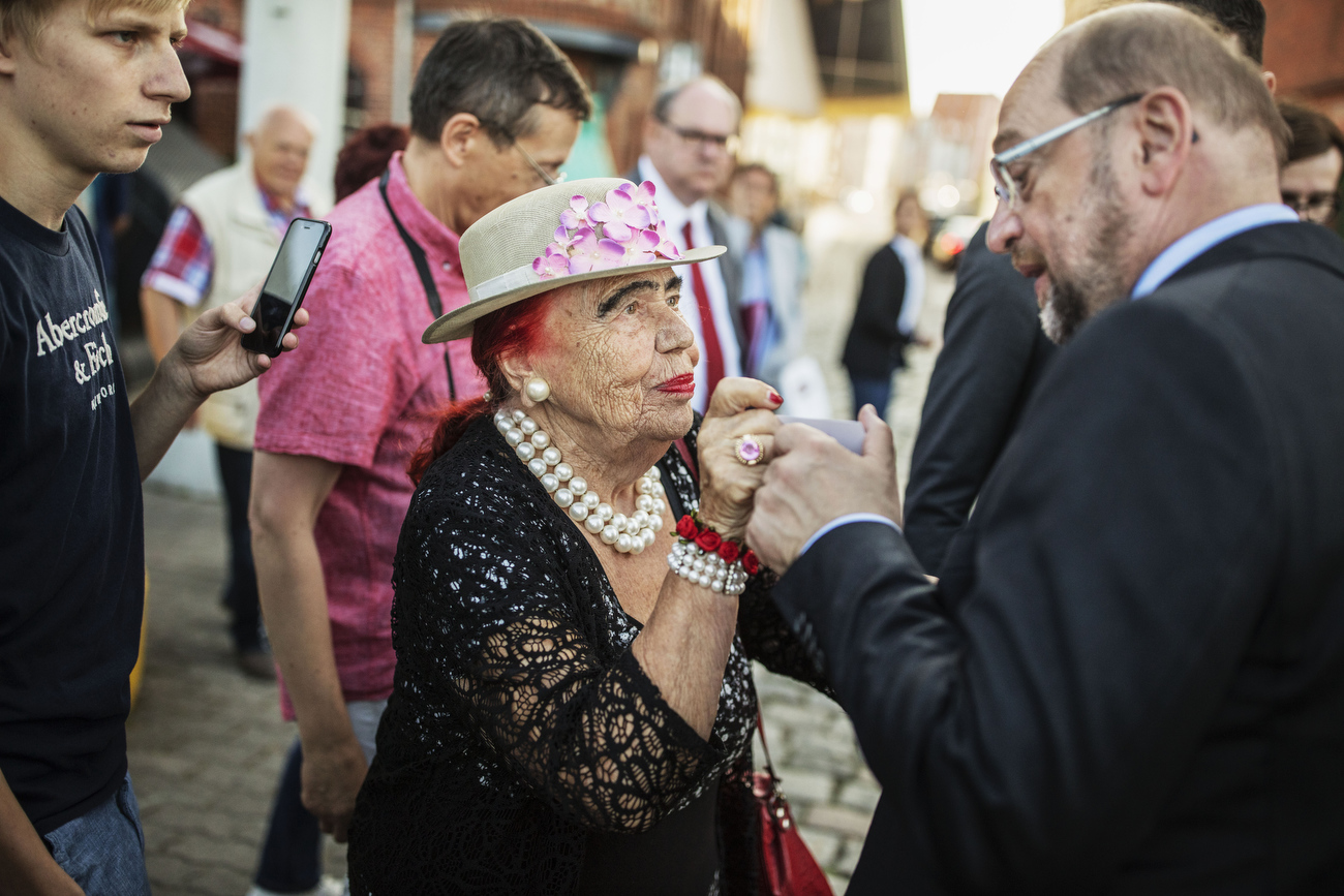 August 16, 2017 - Stralsund, East Germany: An exhausted Martin Schulz takes the time to speak to a female supporter as walks to his limousine. Schulz, chancellor candidate of the German Social Democrats (SPD) and Governor of Mecklenburg-Western Pomerania Manuela Schwesig joined the  SPD Bürgerfest  (Citizens Festival ) during an election campaign stop. Germany is scheduled to hold federal elections on September 24. (Hermann Bredehorst / Der Spiegel / Polaris)