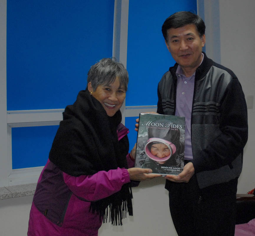 Presentation to the Director of the Haenyeo Museum in Hado village.
