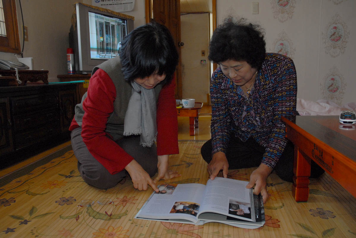 Translator/interpreter Han Young-sook with haenyeo Oh Jeong-ja, of Woljeong village.