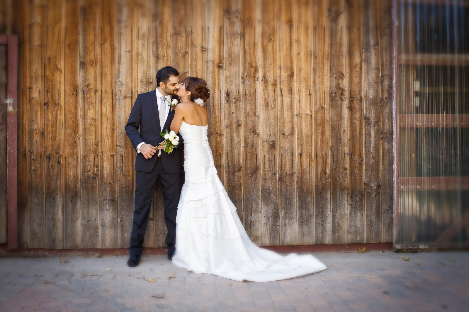 rancho-las-lomas-wood-barn-with-bride-and-groom