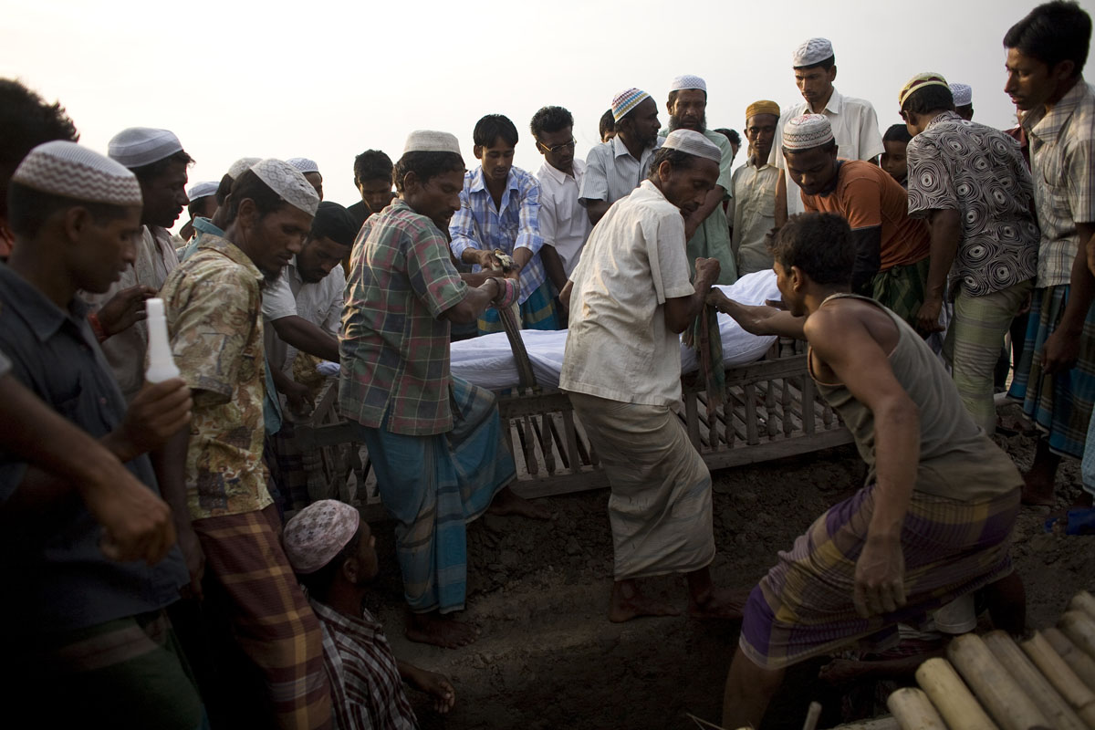 The body of Muhammad Alu is laid to rest near his home.