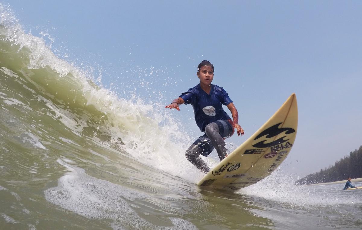 Shobe Mejerez surfs
